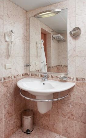 Moderne badkamer deel met wastafel, spiegel en veel details