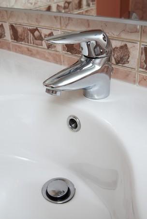 Moderne badkamer deel met metalen tik en witte wastafel