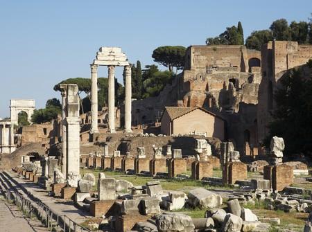 Het forum in Rome, Italië, met de ruïnes van verschillende tempels Stockfoto