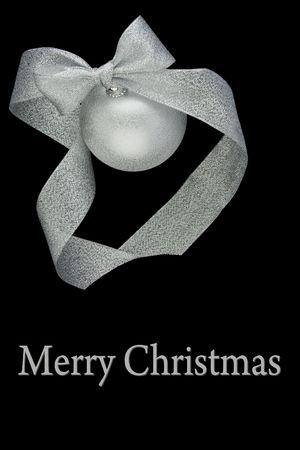 Kerst versiering zilveren kogel met zilver lint op zwarte achtergrond Stockfoto