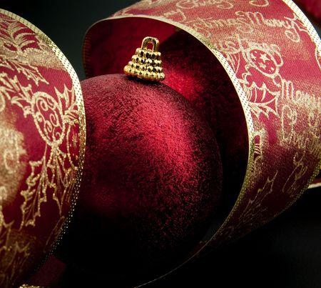 Kerst versiering kogel met lint tegen zwarte achtergrond Stockfoto