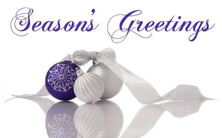 Kerst mis decoratie lila en zilver ballen met lint op witte reflectie