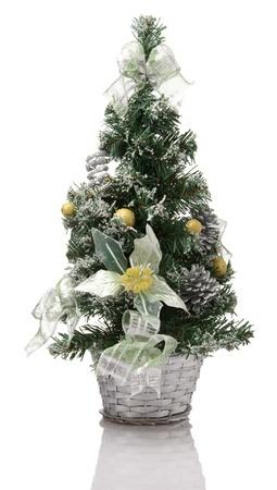 Decoratie van de kerstboom in zilveren mand op witte achtergrond