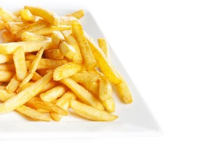 Frites aardappelen in plaat op wit