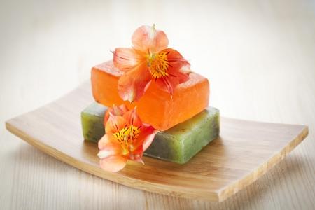 Twee stukken zeep met natuurlijke ingrediënten