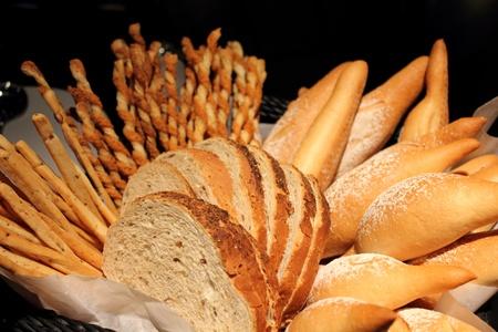 canasta de panes: El tocino surtido de pan palo rollo de corte Foto de archivo