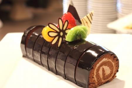 pasteles: el pastel de chocolate decorado con frutas rollo