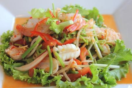 calamar: Mariscos de la ensalada en el plato blanco rectangular Foto de archivo