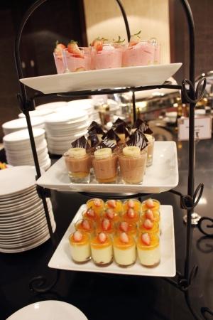 buffet: Verschillende soorten gebak Stockfoto