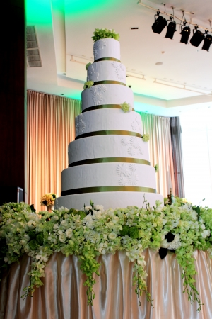 The 7-layer white wedding cake in party photo