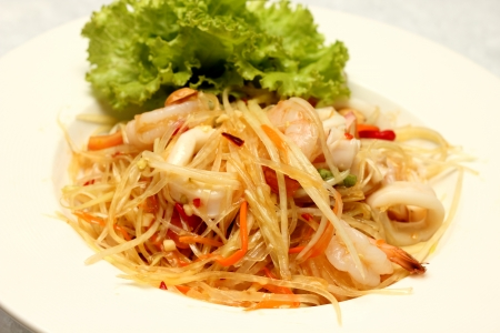 Som Tam (Green Papaya Salad) is a very popular traditional and modern thai food Stock Photo - 23180819