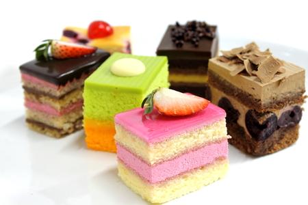 Mini-Kuchen lecker und schön auf dem Teller Standard-Bild