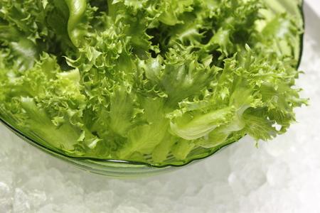 loose leaf: Una lechuga de hoja suelta en un taz�n de vidrio Foto de archivo