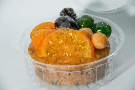 Torta di frutta con frutta secca e in una scatola