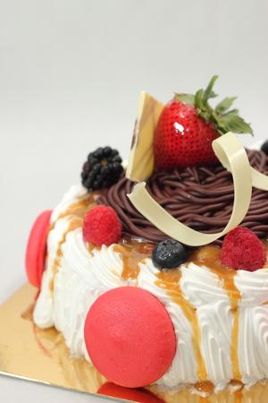 cream on cake: Todo un pastel de crema en el fondo blanco. Foto de archivo