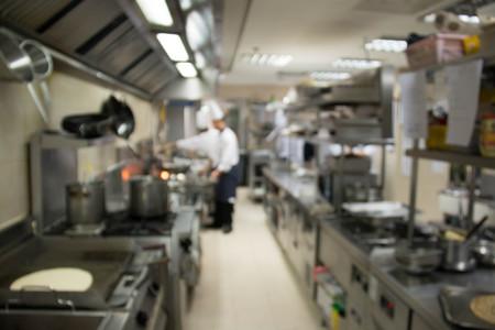 Cucina industriale di un ristorante, hotel o in ospedale con i cuochi impegnati a lavorare. Archivio Fotografico - 52510900