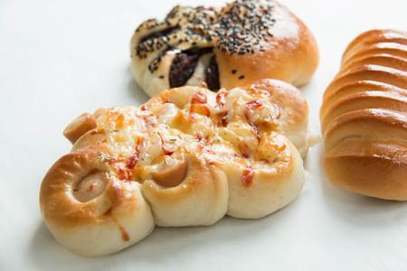 produits alimentaires: sortes de pains variés sur un fond blanc Banque d'images