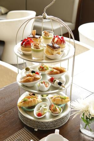Té de la tarde servido con una variedad de pasteles