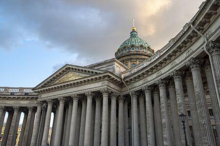 La cathédrale de Kazan ou Kazanskiy Kafedralniy Sobor, également connue sous le nom de cathédrale Notre-Dame de Kazan, est une église orthodoxe russe sur la perspective Nevski à Saint-Pétersbourg, en Russie, au coucher du soleil Banque d'images