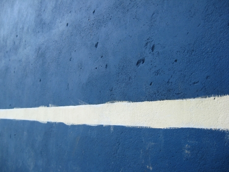 mitzrah: Concrete wall with a badly painted white line used for tennis practice