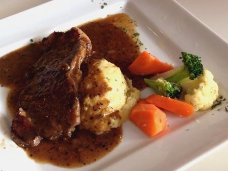 carne asada: Filete de res a la plancha con un poco de zanahorias br�coli y coliflor Foto de archivo