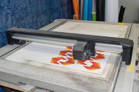 plotter de corte de superficie plana en un proceso de trabajo Foto de archivo