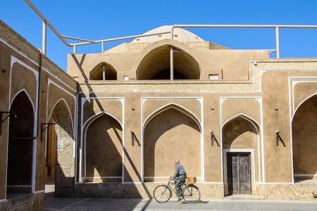 阿修羅時のゲームのための Hoseyniyeh のヤズド、イラン - 2014 年 10 月 22 日: 古代劇場のファサード 報道画像