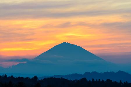 ジャティルウィ、その巨大な棚田、バリ島の有名な日の出でカラフルな雲に囲まれてアグン山 volcanco