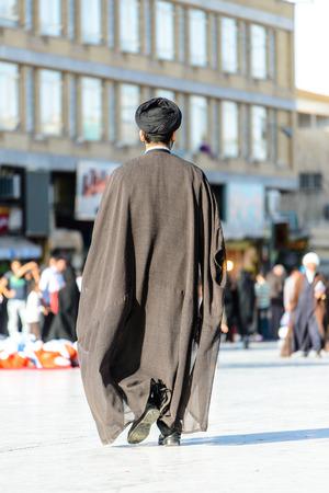 ハラム ハズラト マスメー ・ ファテメ、Qom の横にある QOM イラン - 2014 年 10 月 10 日: ペルシャの聖職者 報道画像