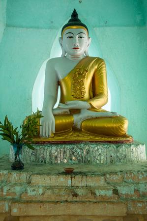 アマラプラ、ミャンマー - 2013 年 1 月 22 日: 瞑想黄金の仏像は、仏教のストゥーパ