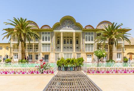 シーラーズ, イラン â €2015 年 4 月 27 日: ターコイズのプールと Eram ガーデン