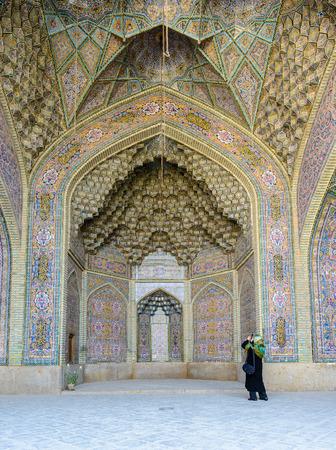 モザイクとナーシル ol Molk のモスクの装飾品からのシーラーズ, イラン - 2015 年 4 月 27 日: 天井