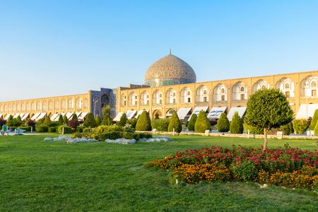 souq: ISFAHAN, IRAN - AUG 28, 2016: Sheikh Lotfollah Mosque east of Naqsh-e Jahan Square, Isfahan Editorial