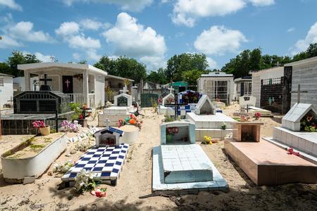 ポート ・ ルイス、グアドループ (仏領) の海辺の墓地