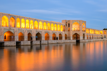 イランのエスファハーン、日没後美しい Khaju 橋