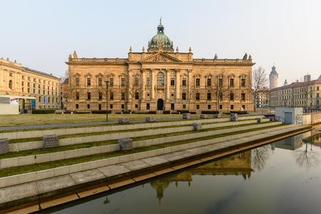 夜、ライプツィヒ市ドイツ連邦共和国ザクセンで高等裁判所