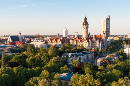 Horizon van Leipzig met townhall bij zonsondergang, Duitsland