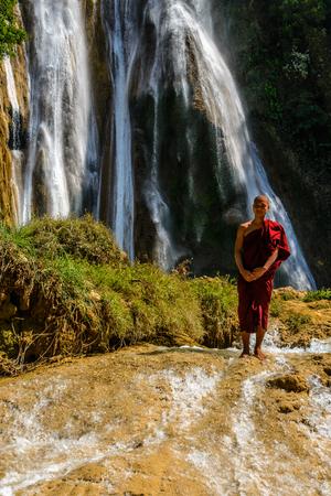 Anisakan 滝の前に ANISAKAN、ミャンマー - 2014 年 2 月 22 日: 僧侶
