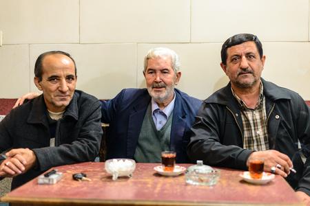 伝統的なペルシャ茶室のアイルランド - 2014 年 10 月 8 日: 三人男 報道画像