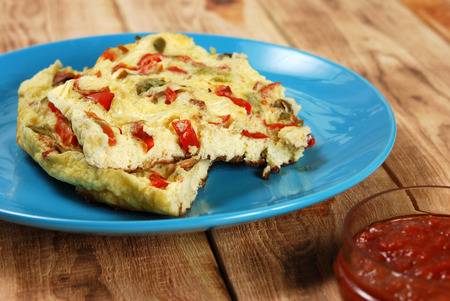 scrambled eggs: scrambled eggs with slices of red and green bell pepper Foto de archivo