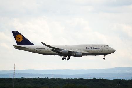 747 400: Un Lufthansa Boeing 747-400 atterraggio a Francoforte Editoriali