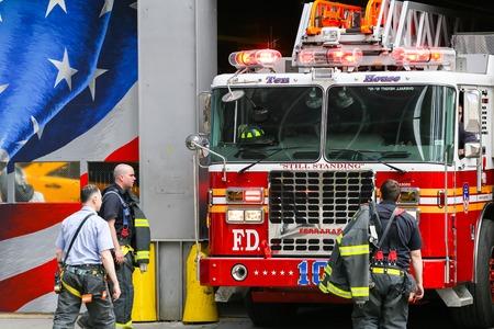 estacion de bomberos: Diez casa cuartel de bomberos en Nueva York cerca de 911 memorial Editorial