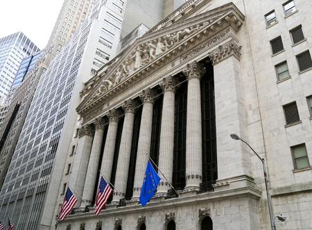 bursatil: Fachada de la Bolsa de Valores de Nueva York en Wall Street