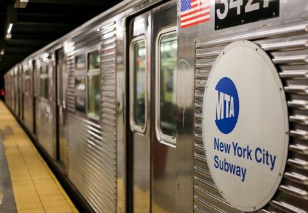 지하철이 뉴욕에서 기다리고있다.