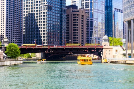 illinois river: Wabash Avenue Bridge in Chicago
