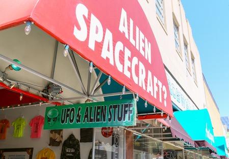 Cadeauwinkel met UFO en buitenaardse memorabilia in Roswell, New Mexico Redactioneel