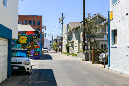 A residential back road with a colorful mural painting in Venice Beach, USA. Редакционное