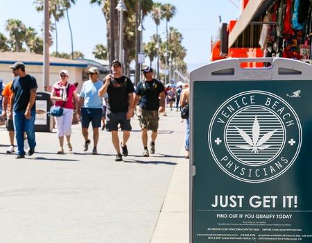 marihuana: Una pantalla en el paseo marítimo de Venice Beach mostrando la publicidad para Médicos.