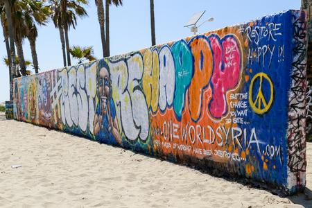 해변에 벽 베니스 비치에서 다채로운 낙서 덮여.