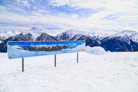 piste: Sign explaining the summits of the mountain panorama at Mutegg piste in the Schwemmalm ski area in South Tyrol.